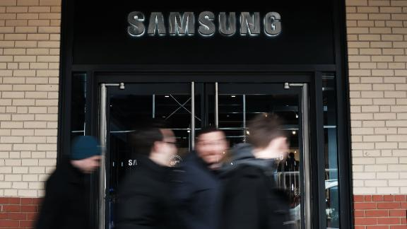 NEW YORK, NEW YORK - JANUARY 08: A Samsung storefront is seen in Manhattan on January 08, 2019 in New York City. As demand falls for its memory chips and smartphones, Samsung Electronics cut its guidance for fourth-quarter profits on Tuesday and said that it expects to see an operating profit of $9.7 billion, which is down nearly 29 percent from last year.  The world