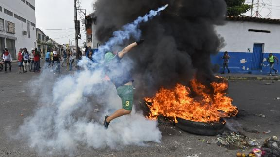 TOPSHOT - Venezuelans clash with national guards in the border town of Urea after Maduro«s government ordered to temporary close down the border with Colombia on February 23, 2019. - Venezuela braced for a showdown between the military and regime opponents at the Colombian border on Saturday, when self-declared acting president Juan Guaido has vowed humanitarian aid would enter his country despite a blockade (Photo by JUAN BARRETO / AFP)        (Photo credit should read JUAN BARRETO/AFP/Getty Images)