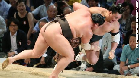 Sumo wrestlers have been told to lose the beards by the sport's governing body.