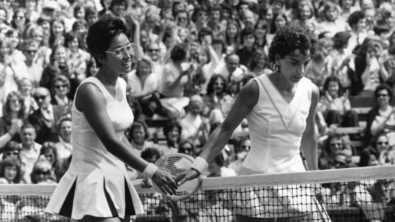 Heldman (right) meets Kazuko Sawamatsu at the net after facing the Japanese player at Wimbledon in 1974.