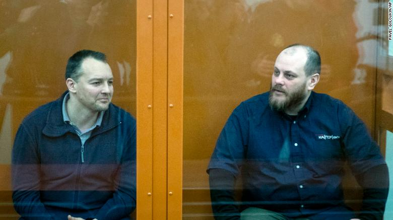 Former FSB officer Sergei Mikhailov (L) and former Kaspersky Lab employee Ruslan Stoyanov at a hearing in court on February 26.