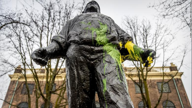 The 'De dokwerker' statue, commemorating the strike against the German occupation during WWII, was covered with yellow and green paint by rival supporters.