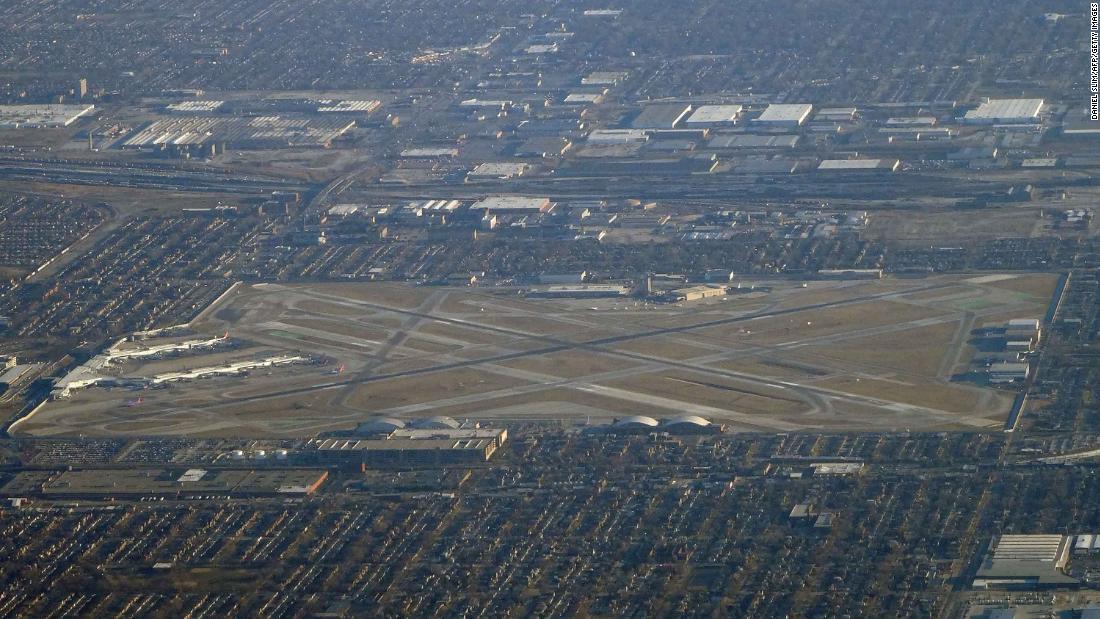 Đội phá bom phản ứng với chiếc ba lô bốc khói trên máy bay Tây Nam tại sân bay Chicago