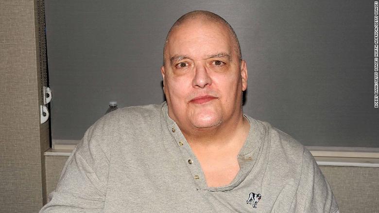 """Christopher Alan Pallies était connu sous le nom de """"condominium ambulant"""".  il mesurait 6 pieds 4 pouces et pesait 458 livres au cours de sa carrière professionnelle."""