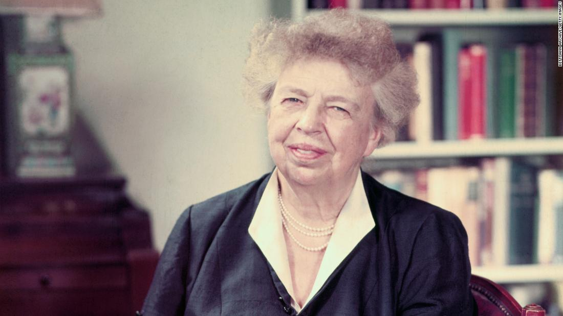 "Eleanor Roosevelt : ""Women are like tea bags. We don't know our strength until we are in hot water."""