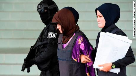 Vietnamese national Doan Thi Huong (center) is escorted by Malaysian police at the Shah Alam High Court, outside Kuala Lumpur, in December 2018.