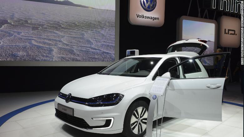 Một chiếc VW Golf điện được trưng bày tại Triển lãm ô tô Los Angeles.