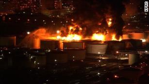 Il fuoco ha infiammato i carri armati contenenti gas, petrolio, nafta, xilene e toluene, dicono i funzionari.