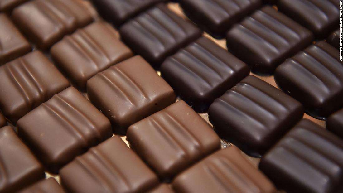 Chocolate: The average 100-gram chocolate bar uses 1,700 liters of water. Cocoa production mainly relies on rainfall and has a 98% green footprint. <br />