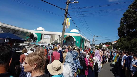 Human chain forming around Wellington mosque before Friday prayer CREDIT Veronika Meduna