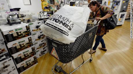 Bed Bath & amp; Beyond that, rivals have fallen and will replace their long-term CEO.