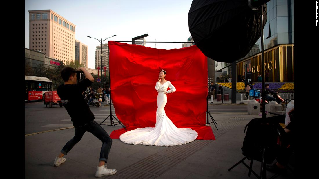"A woman in wedding attire poses for a portrait along a busy street in Xi'an, China, on Thursday, March 28. <a href=""http://www.cnn.com/2019/03/21/world/gallery/week-in-photos-0321/index.html"" target=""_blank"">See last week in 20 photos</a>"