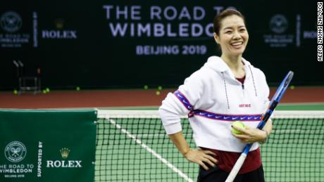 Chinese tennis pioneer Li Na talks to budding tennis stars during the Road to Wimbledon China, a junior event organized by the All England Club, in Beijing in March.