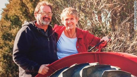 Randy Wenger avec sa femme sur sa ferme familiale au Colorado.
