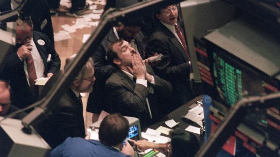 A trader (c) on the New York Stock Exchange looks at stock rates 19 October 1987 as stocks were devastated during one of the most frantic days in the exchange's history.  The Dow Jones index plummeted over 200 points in record trading. / AFP PHOTO / MARIA BASTONE        (Photo credit should read MARIA BASTONE/AFP/Getty Images)