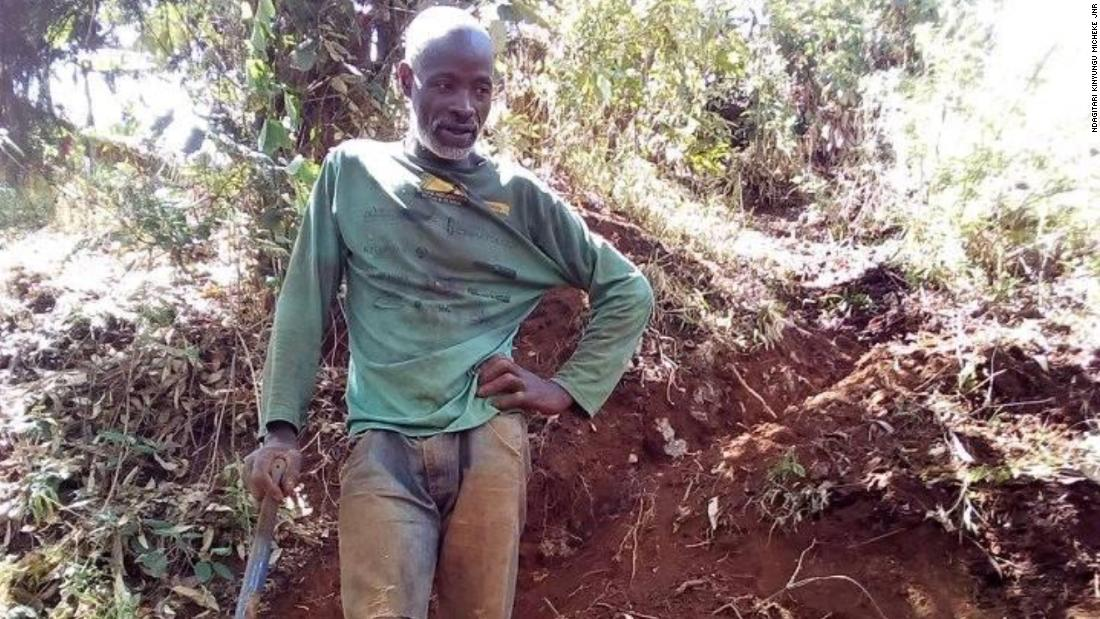 Kenyan villager clears way for a new road -- by hand