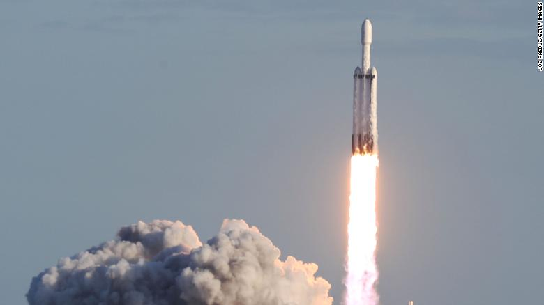 See all 3 of Falcon Heavy's boosters land after launch