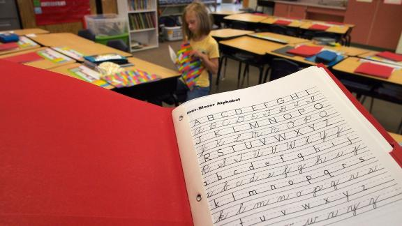Many US states are again requiring students to learn cursive writing.