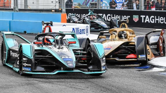Mitch Evans (L) overtakes Andre Lotterer during the Rome E-Prix.