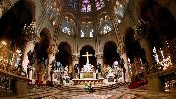 <strong>Altar:</strong> The cathedral is the seat of the Archbishop of Paris.