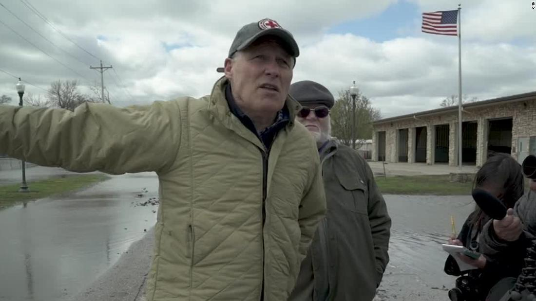 Climate candidate Jay Inslee meets resistance in Iowa floods