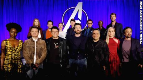 "(frente) Danai Gurira, Jeremy Renner, Anthony Russo, Chris Evans, Joe Russo, Brie Larson y Mark Ruffalo en el ""Vengadores Juego Final"" prensa junket en abril de 2019."