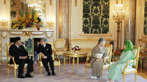 Akihito talks with Malaysian King Syed Sirajuddin while Michiko meets with Queen Tuanku Fauziah in 2005.