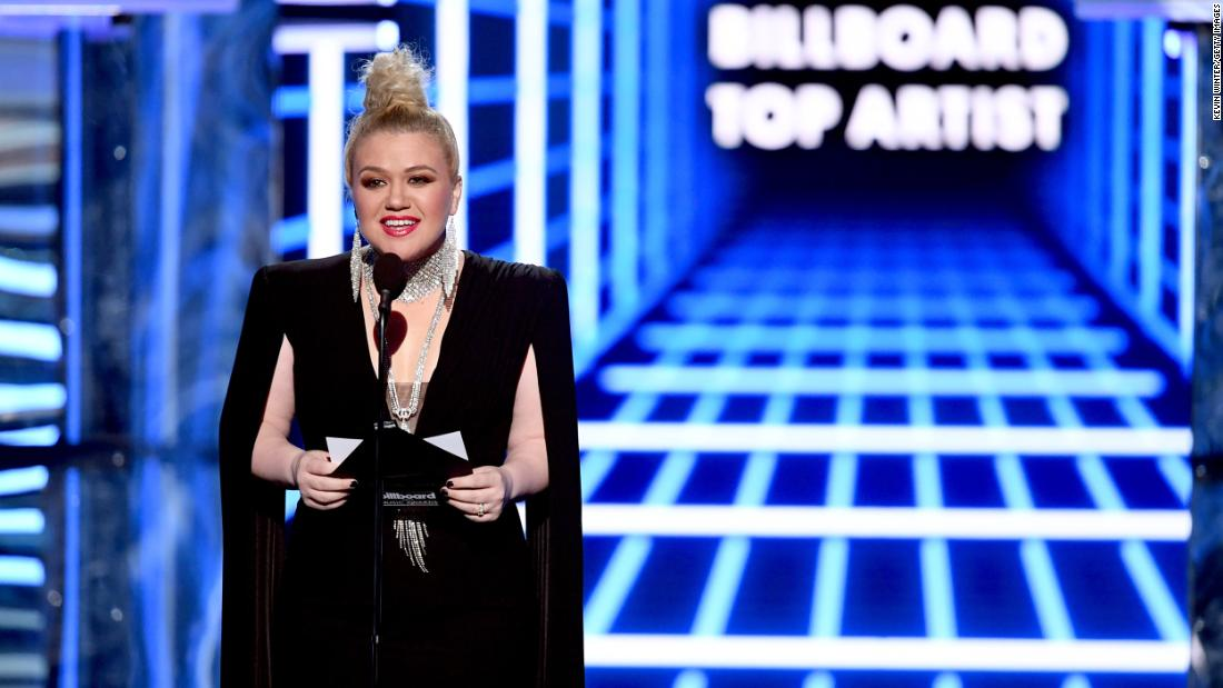 Hours after hosting the Billboards, Kelly Clarkson has her appendix removed
