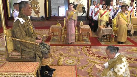 New Thai King formally ascends to the throne