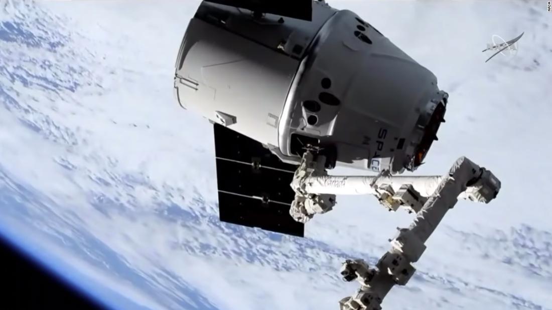 Giant robotic arm catches SpaceX's Dragon cargo spacecraft