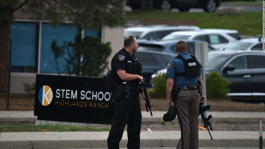 コロラド州の学校が撮影被疑者の請求たせざるを得ないので
