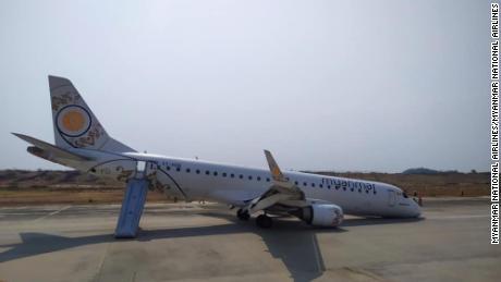 Pilot lands plane without front wheels