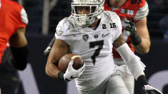 Oregon Ducks Keanon Lowe (7) makes a play with the football against the Ohio State Buckeyes Monday January 12, 2015.