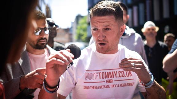 Violent clashes broke out at a campaign rally for the British far-right activist Tommy Robinson.