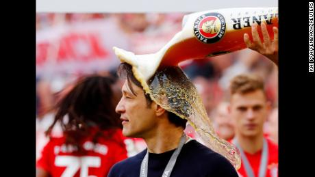 Soccer Football - Bundesliga - Bayern Munich v Eintracht Frankfurt - Allianz Arena, Munich, Germany - May 18, 2019   Bayern Munich's Arjen Robben pours beer on Bayern Munich coach Niko Kovac as they celebrate winning the Bundesliga                 REUTERS/Kai Pfaffenbach    DFL regulations prohibit any use of photographs as image sequences and/or quasi-video     TPX IMAGES OF THE DAY