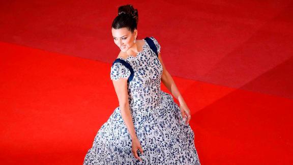 Penelope Cruz wears gown from Karl Lagerfeld