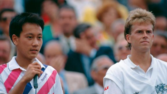 After his underhand serve against Ivan Lendl, Michael Chang (left) went on to beat Stefan Edberg in the 1989 French Open final.