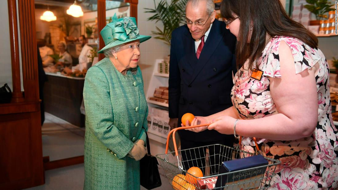 Queen learns how to use self-service checkout