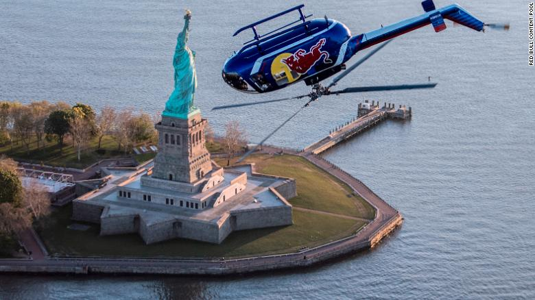 Helicopter does amazing tricks over Statue of Liberty