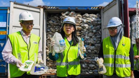 La Malaisie a renvoyé des tonnes de déchets plastiques dans les pays riches, affirmant que ce ne sera pas leur & # 39; poubelle & # 39;
