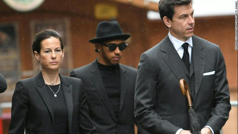 Hamilton arrives at Lauda's funeral alongside Birgit Lauda and Mercedes boss Toto Wolff.