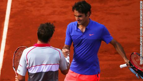 Roger Federer (blue shirt) and Stan Wawrinka will meet in the French Open quarterfinals. When they played in 2015 in Paris, Wawrinka won.