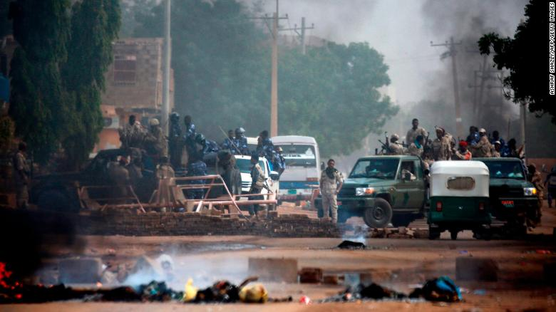 Sudanese forces are deployed around Khartoum's army headquarters on June 3, 2019 as they try to disperse Khartoum's sit-in.