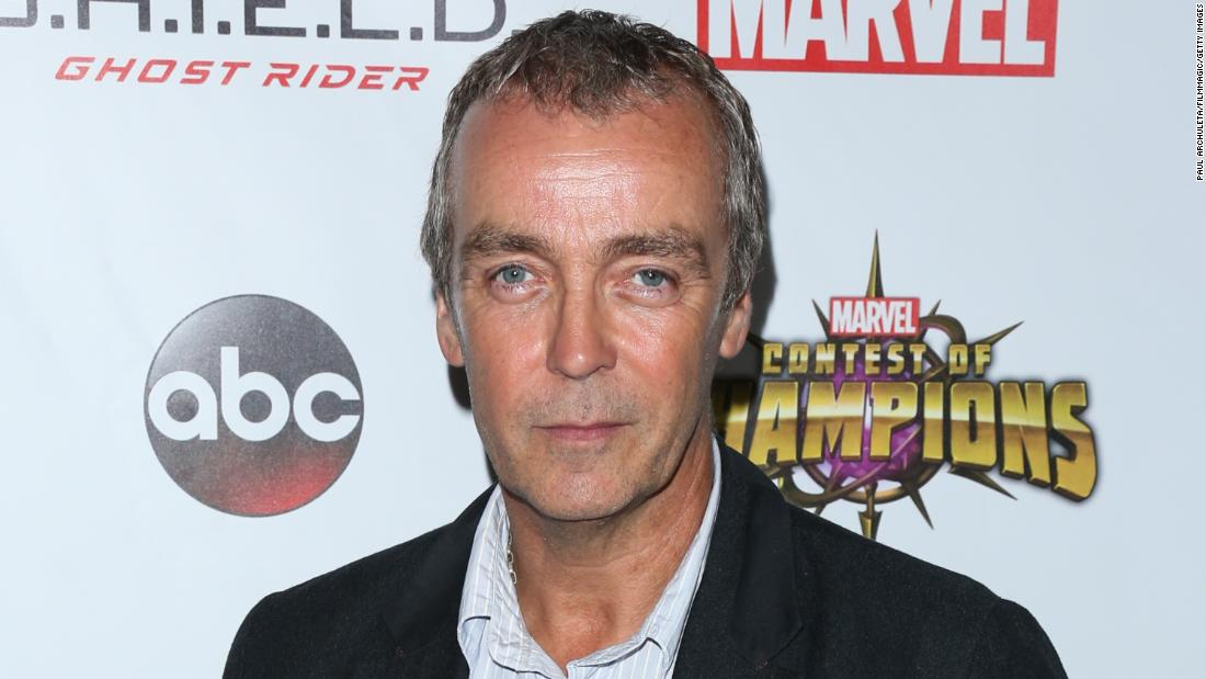 Actor John Hannah bets passer-by he is not Hugh Laurie -- and wins $10