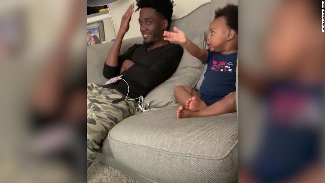 Baby hat lebhaftes Gespräch mit seinem Vater