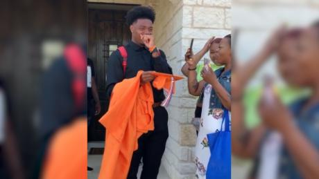 See brother react to NBA player's graduation gift