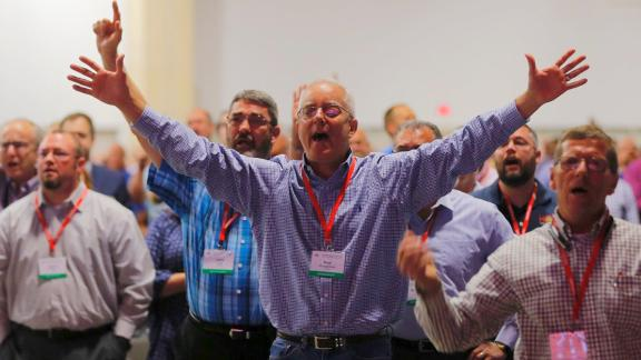 Messengers worship at the 2018 annual meeting of the Southern Baptist Convention in Dallas.