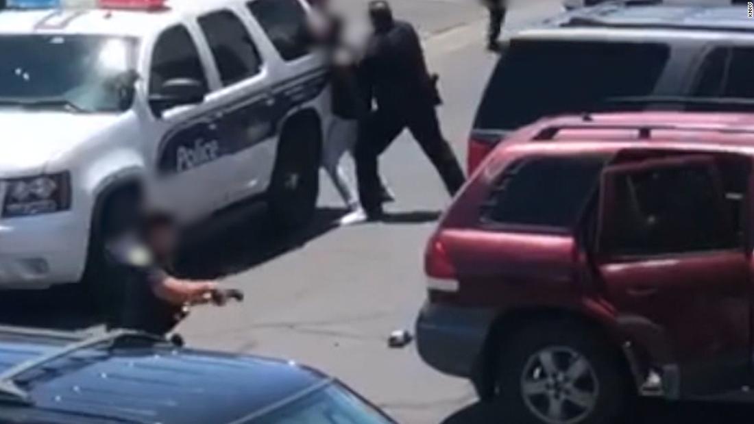 Eine Phoenix-Offizier wird entlassen, zieht eine Pistole auf die Eltern des Mädchens, die angeblich gestohlen hat ein Puppe, Polizei-Chef sagt