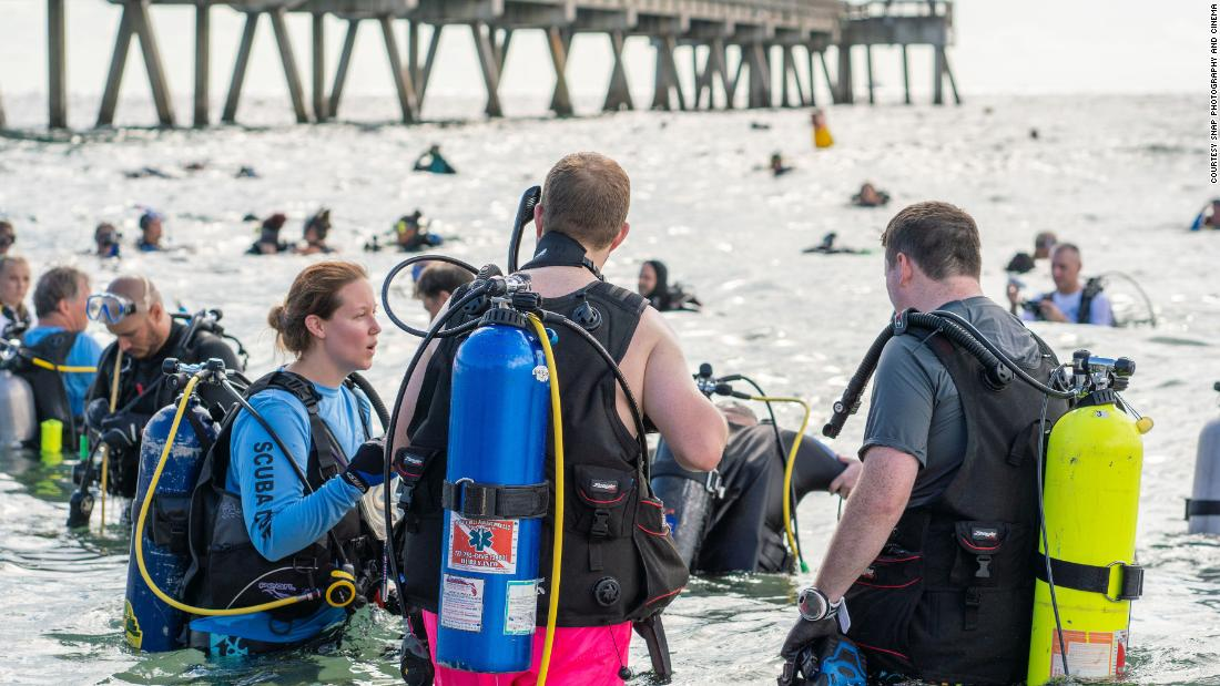 633 divers collect over 1,500 pounds of trash at a Florida beach and set a world record