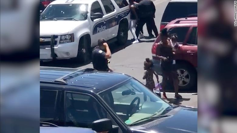 Police stop pregnant woman and family at gunpoint